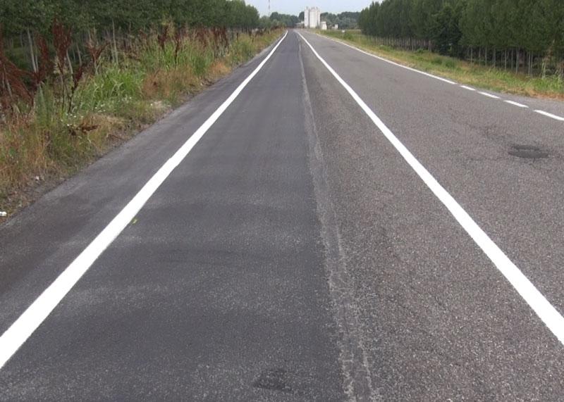 Nella foto la riduzione della ciclabile: la striscia scolorita in mezzo indicava la ciclabile in passato, ora lo spazio per le bici è segnalato dalla linea laterale appena tracciata: poche decine di centimetri