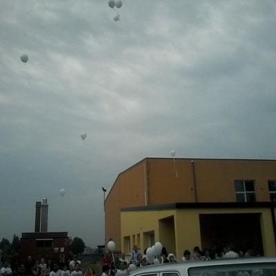 Nella foto i palloncini lanciati in cielo per ricordare Eric