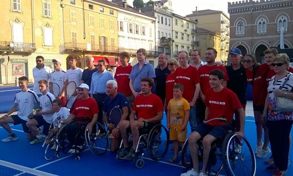 Nella foto il gruppo del tennis in carrozzina in piazza