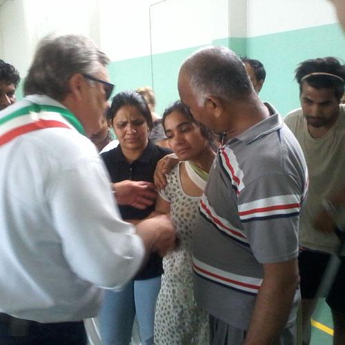 Nella foto il vicesindaco di Dosolo Pasquali porge le condoglianze della comunità alla madre di Eric