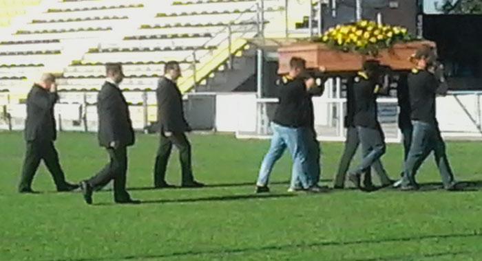 Nella foto la bara portata a spalle allo stadio del rugby