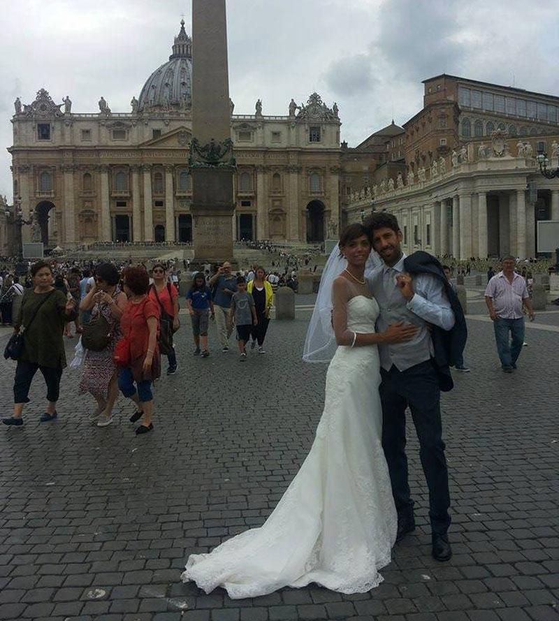 Nella foto i due sposi per la foto ricordo in Piazza San Pietro a Roma