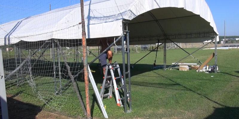 Nella foto l'allestimento del campo sportivo