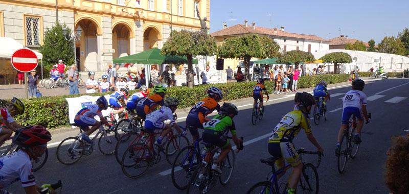 Un momento della gara ciclistica durante la Fiera di Torricella