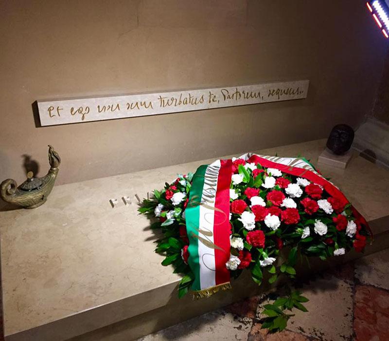 Nella foto la corona di fiori deposta dal Presidente Mattarella sulla tomba di don Mazzolari