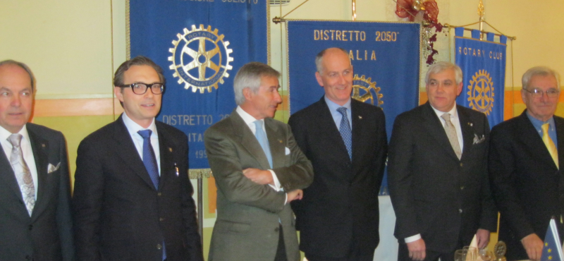 Gabrielli, quarto da sinistra, ospite dei Rotary Club